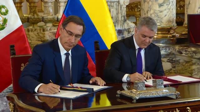 Los presidentes de Peru Martin Vizcarra y de Colombia Ivan Duque se comprometieron el lunes a luchar contra la corrupcion el narcotrafico y la...