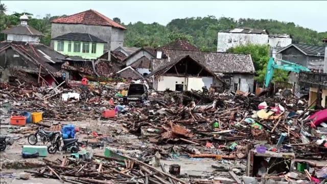 vídeos y material grabado en eventos de stock de los rescatistas trataban el martes de llevar su ayuda a las regiones devastadas por el tsunami que siguio a una erupcion volcanica en indonesia pero... - llevar