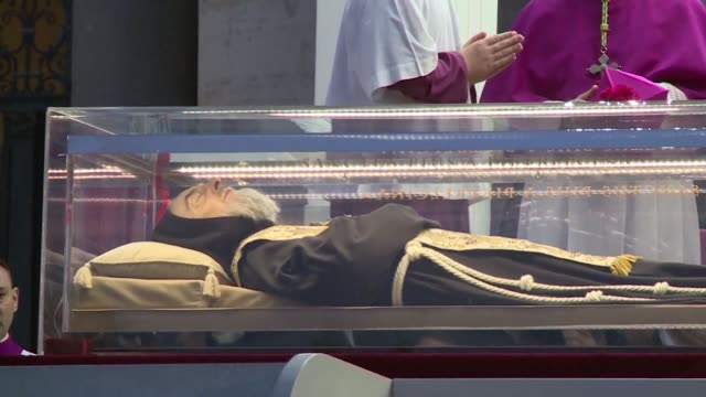 stockvideo's en b-roll-footage met los restos de padre pio icono del catolicismo popular italiano seran expuestos desde el viernes hasta el 11 de febrero en la basilica de san pedro... - padre