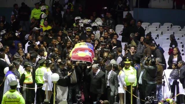 vídeos y material grabado en eventos de stock de los restos del delantero internacional ecuatoriano christian chucho benitez llegaron la madrugada del viernes a quito desde doha y fueron recibidos... - viernes