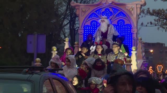 vídeos y material grabado en eventos de stock de los reyes magos muy esperados por los ninos espanoles desfilaron el viernes en numerosas ciudades de espana en la vispera de la epifania mostrando en... - reyes magos