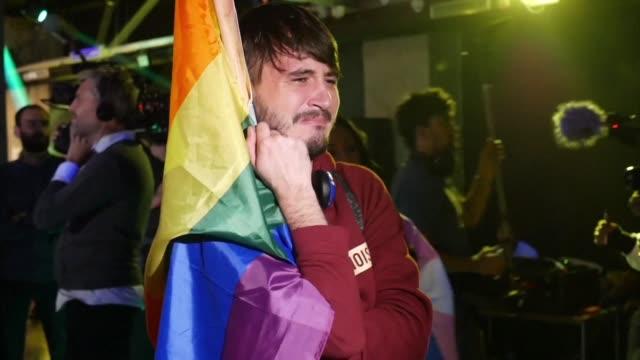 vídeos y material grabado en eventos de stock de los rumanos rechazaron el domingo grabar en la constitucion la prohibicion del matrimonio gay con una alta abstencion en el referendum apoyado por el... - a la izquierda de
