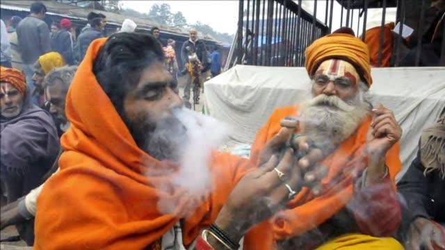 los sadhus considerados santos hindues fuman marihuana en katmandu cuando nepal levanta la prohibicion de cannabis para el festival en honor al dios... - religion stock videos & royalty-free footage