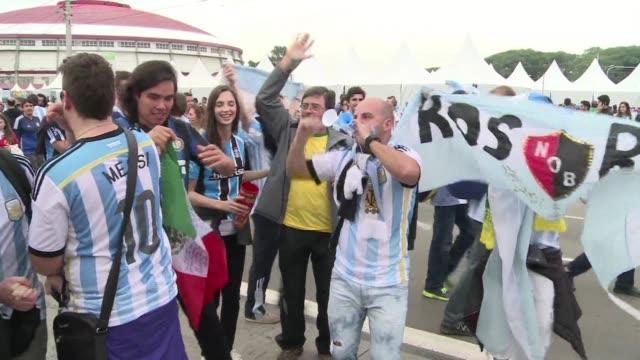 los seguidores de argentina coinciden en que messi fue el protagonista del partido contra nigeria que hace clasificar a la seleccion como lider del... - sportweltmeisterschaft stock-videos und b-roll-filmmaterial