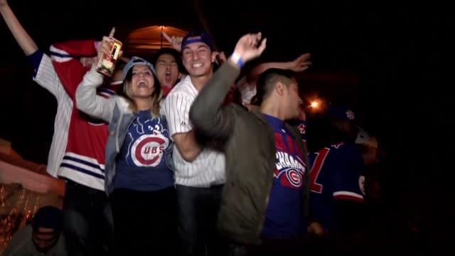 los seguidores de los cachorros de chicago festejaban la victoria el miercoles 8x7 ante los indios de cleveland que les dio la corona de la serie... - baseball world series stock videos & royalty-free footage