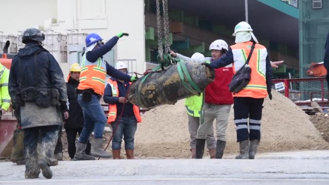 Los servicios de desminado desactivaron el jueves una bomba estadounidense de la Segunda Guerra Mundial descubierta durante una construccion en el...