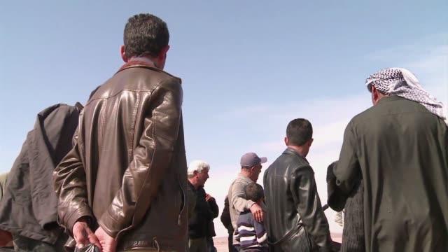 los sirios que consiguieron refugiarse en turquia llevan alimentos a sus familiares atrapados en kobane durante mas de 40 dias - comida stock videos & royalty-free footage