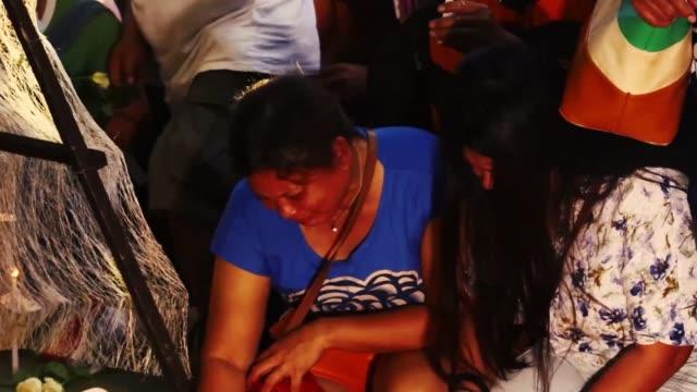 los socorristas encontraron el lunes 36 cuerpos en un centro comercial que se incendio el sabado en davao al sur de filipinas segun anuncio un... - centro comercial stock videos & royalty-free footage