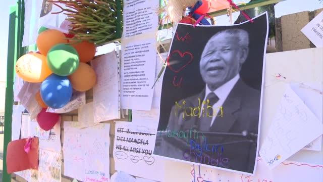 Los sudafricanos esperaban con aprehension el miercoles noticias de Nelson Mandela que seguia entre la vida y la muerte al dia siguiente de una...