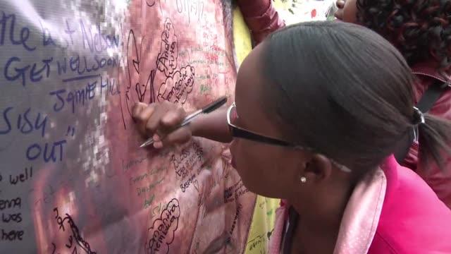 los sudafricanos lloran la muerte de nelson mandela celebrando este viernes cientos de personas en johannesburgo y soweto le rendían coloridos... - personas stock videos & royalty-free footage