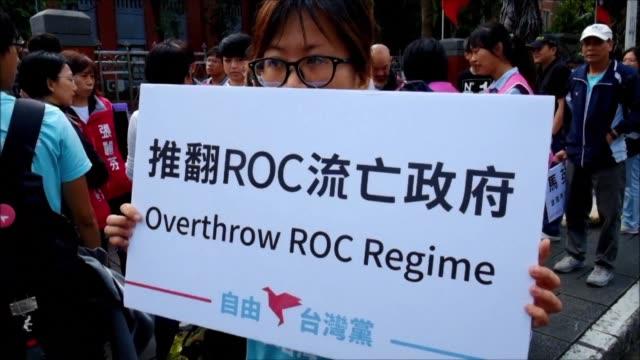 los taiwaneses toman las calles en protesta por la reunion que sostendran el proximo sabado los presidentes de china y taiwan un encuentro sin... - guerra civil stock videos and b-roll footage