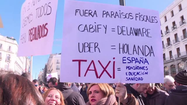 los taxistas de madrid empezaron el lunes una huelga indefinida contra las empresas de vehiculos de transporte con conductor como uber y cabify... - transporte stock videos & royalty-free footage