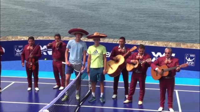 Los tenistas Alexander Zverev y Dominic Thiem jugaron el lunes en el balneario de Acapulco al sur de Mexico un partido de exhibicion en el primer dia...