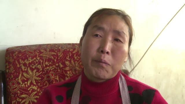los trabajadores chinos en minas de carbon que soportan el toxico aire y se enfrentan a tragicos accidentes se ven obligados a pensar en otros... - minas stock videos and b-roll footage