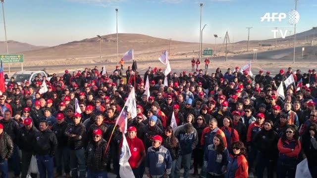los trabajadores de la mina chilena escondida la mayor productora privada de cobre del mundo iniciaron el jueves una huelga indefinida por mejoras... - antofagasta region stock videos and b-roll footage