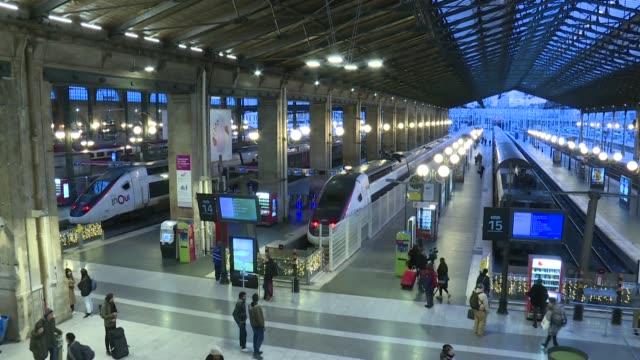 los trabajadores ferroviarios franceses mantenian su movilizacion contra la reforma de las pensiones del presidente emmanuel macron el martes vispera... - sindicatos stock videos & royalty-free footage