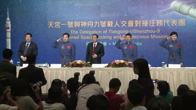 stockvideo's en b-roll-footage met los tres astronautas de la primera mision especial de acoplamiento manual de china fueron recibidos con gran algarabia este viernes en hong kong hong... - ruimtemissie