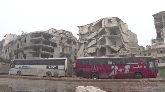 los ultimos habitantes del reducto rebelde al este de alepo esperaban el miércoles su evacuación bajo la nieve - evacuazione video stock e b–roll