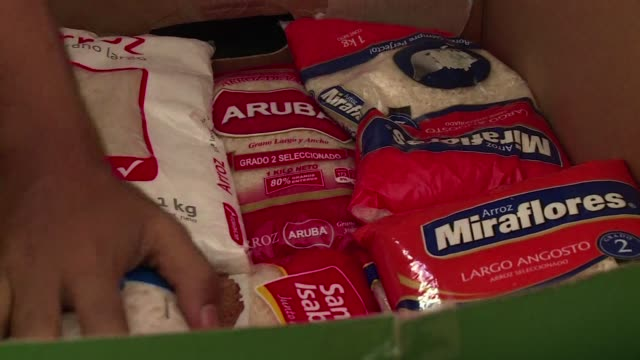 los vecinos de santiago donan comida y productos basicos para ayudar a sus compatriotas del norte de chile donde un inusual temporal arraso la arida... - comida stock videos & royalty-free footage