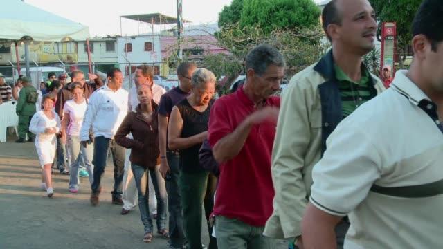 los vecinos del barrio 23 de enero donde solia votar el presidente hugo chavez viven su ausencia con tristeza pero le brindan su apoyo mas alla de su... - tristeza stock videos and b-roll footage