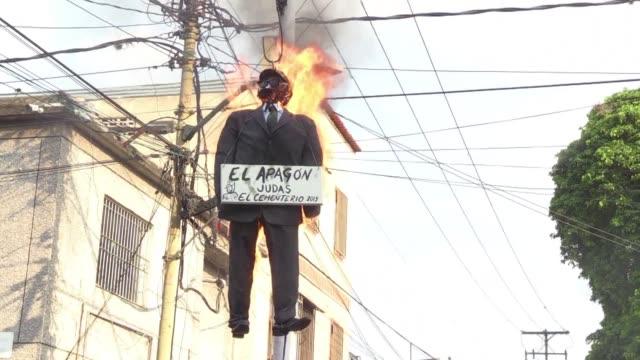 vídeos y material grabado en eventos de stock de los venezolanos celebraron el domingo la tradicional quema de judas al fin de la semana santa incendiando figuras del presidente nicolas maduro del... - semana santa