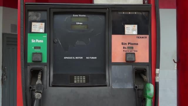 los venezolanos en san cristobal la capital de tachira al suroeste del pais seguian el viernes haciendo largas filas para conseguir abastecerse de... - gasolina stock videos & royalty-free footage