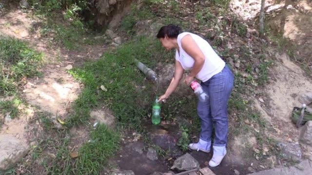 los venezolanos enfrentan la calamidad de la escasez de agua en sus hogares y se las ingenian para conseguirla mientras el gobierno afirma que el... - agua stock videos & royalty-free footage