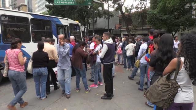 vídeos y material grabado en eventos de stock de los venezolanos se mostraron preocupados el martes luego de que el gobierno estadounidense anunciara el lunes sanciones contra la estatal pdvsa la... - ee.uu