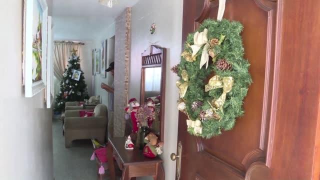 los venezolanos se preparan para celebrar una precaria navidad con la crisis economica es practicamente un desafio organizar una cena navidena y... - desafio stock videos and b-roll footage