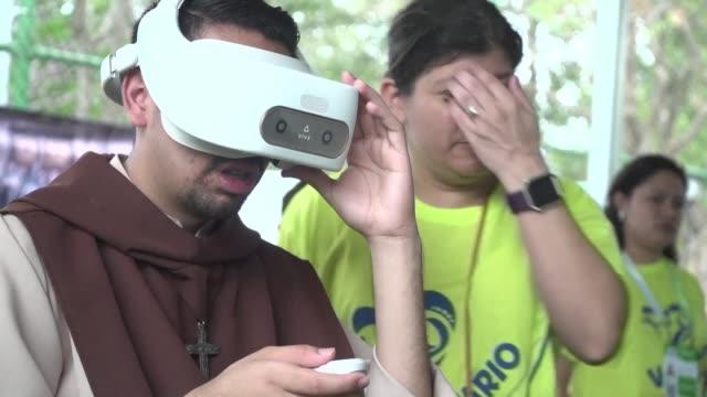 los visitantes a un parque en panama pueden conocer pasajes biblicos en realidad virtual y bailar canciones religiosas en un espacio tecnologico... - avvenimento biblico video stock e b–roll