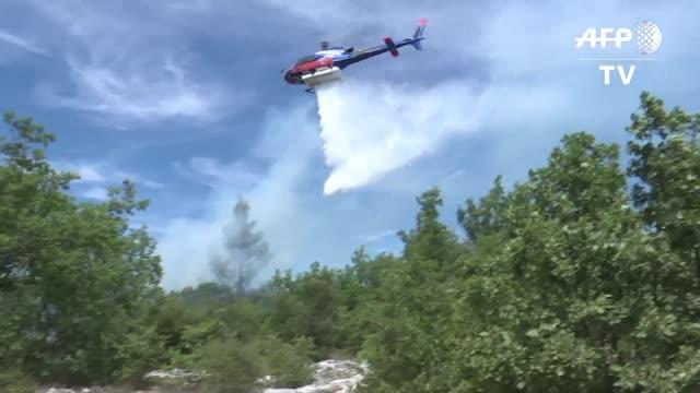 vídeos y material grabado en eventos de stock de los voraces incendios que han afectado a francia estaban practicamente bajo control y los bomberos permanecian en alerta ante posibles ráfagas de... - codicia