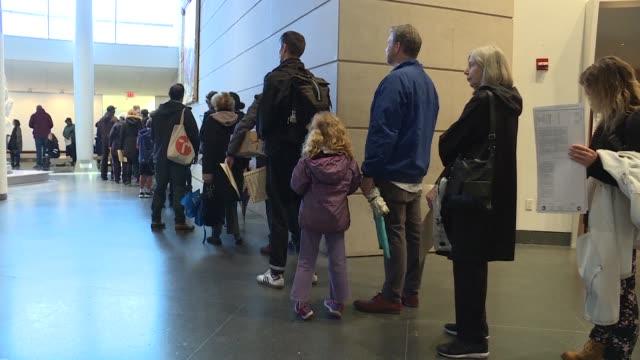 stockvideo's en b-roll-footage met los votantes estadounidenses hacian fila el martes para participar en las elecciones de medio mandato que son vistas como un referendum para la... - tussentijdse verkiezing