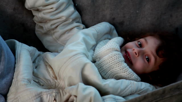 vidéos et rushes de сlose en place d'un enfant souriant allongé dans le hamac dans le jardin - série d'émotions