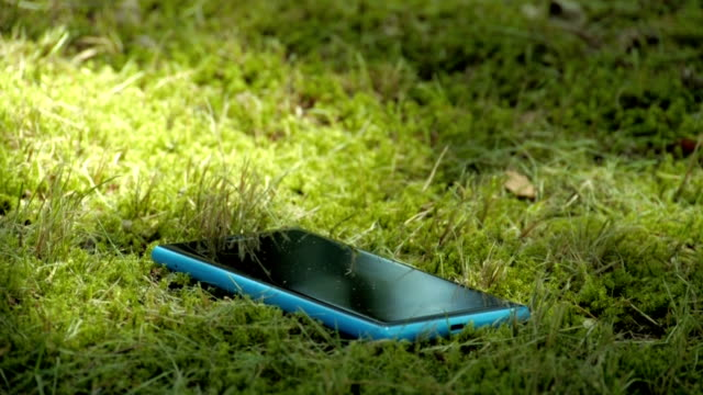 stockvideo's en b-roll-footage met lost smartphone - verdwaald
