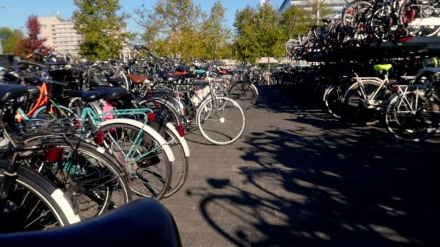 stockvideo's en b-roll-footage met een heleboel fietsen - stock video - parkeren