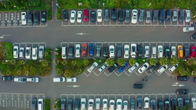 viele autos parken in einer stadt - parking stock-videos und b-roll-filmmaterial