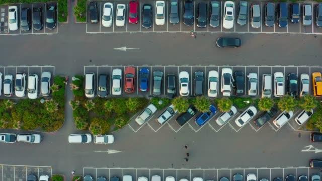 viele autos parken in einer stadt - suchen stock-videos und b-roll-filmmaterial