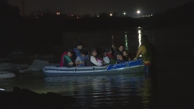 vídeos y material grabado en eventos de stock de lot of illegal immigrants crossing the rio grande river from mexico were caught by the u.s. border patrol agents and texas rangers at the us-mexico... - emigración e inmigración