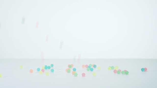 lots of falling colored balls - 爆発点の映像素材/bロール