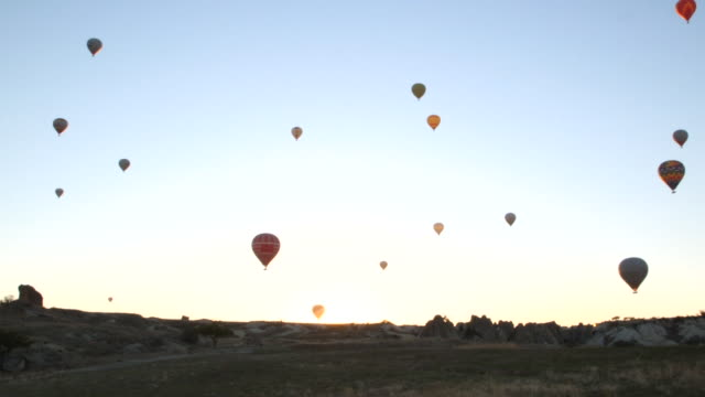 lots of hot air balloons in sky wide - wiese stock videos & royalty-free footage