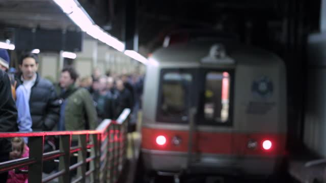 lots of people leave a train platform - bahnreisender stock-videos und b-roll-filmmaterial