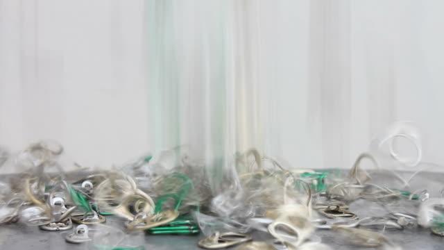 stockvideo's en b-roll-footage met lots of the pull ring tin. - aluminium