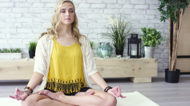 lotus-pose - innenaufnahme stock-videos und b-roll-filmmaterial