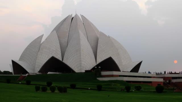 lotus temple, bahá'í house of worship, in new delhi, india - capitali internazionali video stock e b–roll