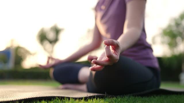stockvideo's en b-roll-footage met lotus yoga hand positie - in kleermakerszit