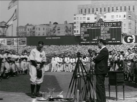 vídeos y material grabado en eventos de stock de lou gehrig standing with head down in crowded stadium / farewell speech - uniforme de béisbol