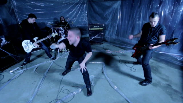 vídeos de stock e filmes b-roll de loud rebellious punk band - música heavy metal