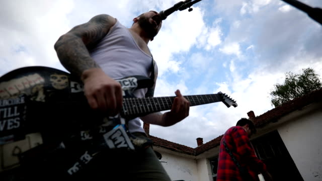 vídeos de stock e filmes b-roll de loud rebels in a band having a blast during rehearsal - punk