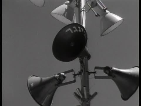 loudspeakers above the streets of jerusalem broadcast the trial of adolf eichmann. - ゲシュタポ点の映像素材/bロール