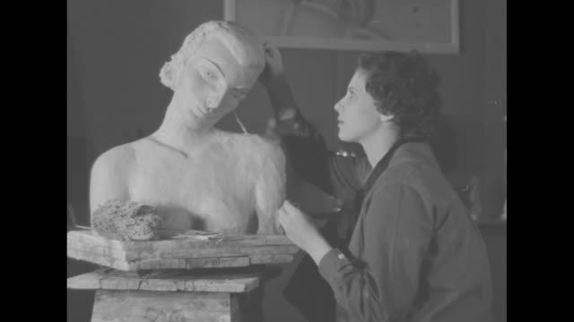 vidéos et rushes de louene ambrosius posing for sculptor henrietta kaye / close shot of ambrosius posing / kaye working on caricature / close shot of caricature of greta... - sculpteur